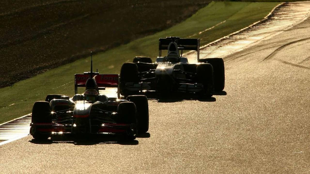 Lewis Hamilton (GBR), McLaren Mercedes and Pedro de la Rosa (ESP), BMW Sauber F1 Team - Formula 1 Testing, 26.02.2010, Barcelona, Spain