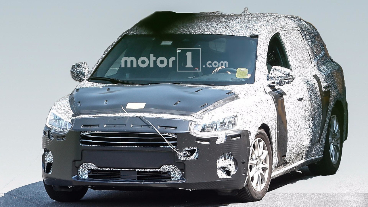 new ford focus wagon looks all grown up in first spy photos. Black Bedroom Furniture Sets. Home Design Ideas