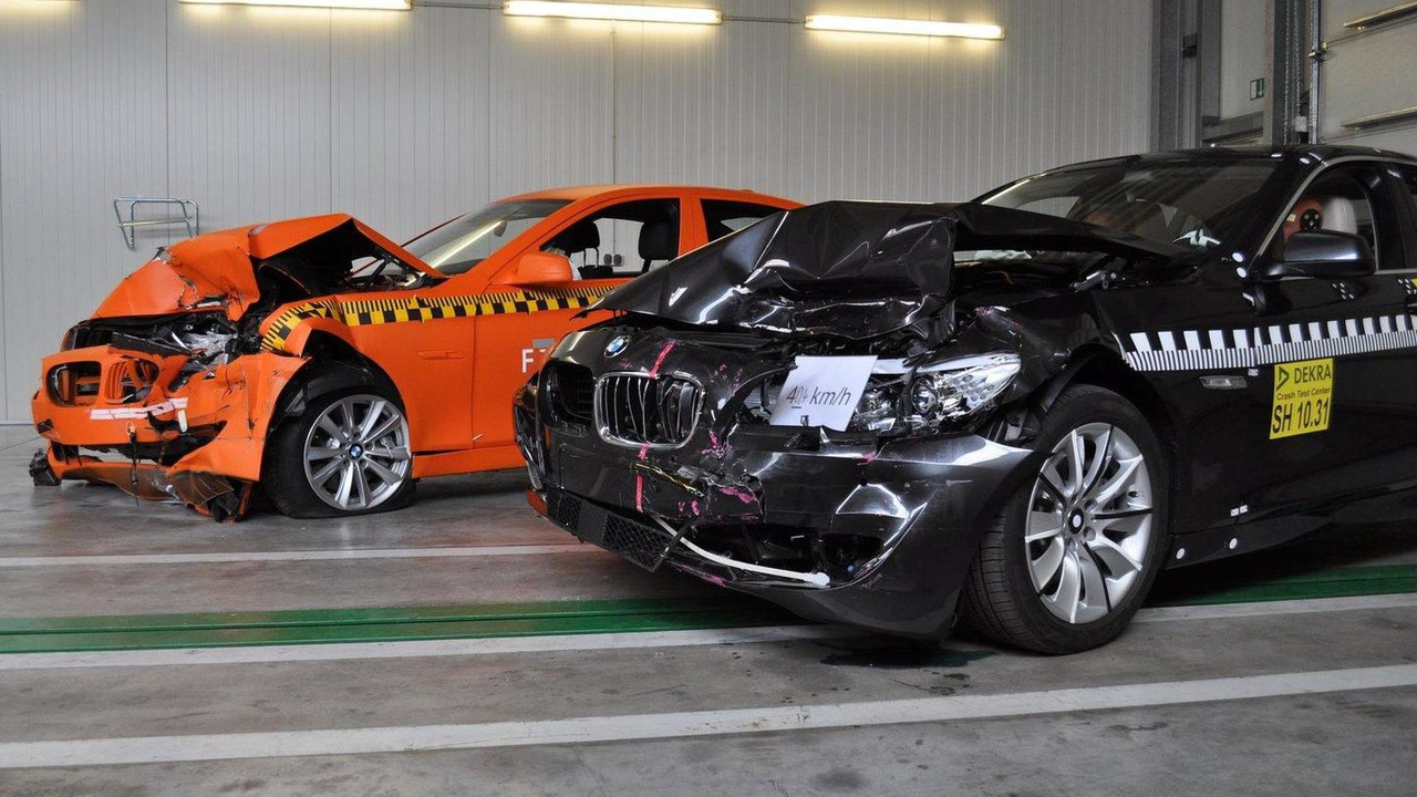 2011 BMW 5 Series crash test, foreground: vehicle with brake intervention, background: vehicle without brake intervention. 26.05.2010