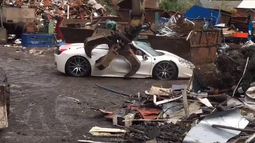 La brutta fine di una Ferrari, distrutta dall'artiglio del demolitore