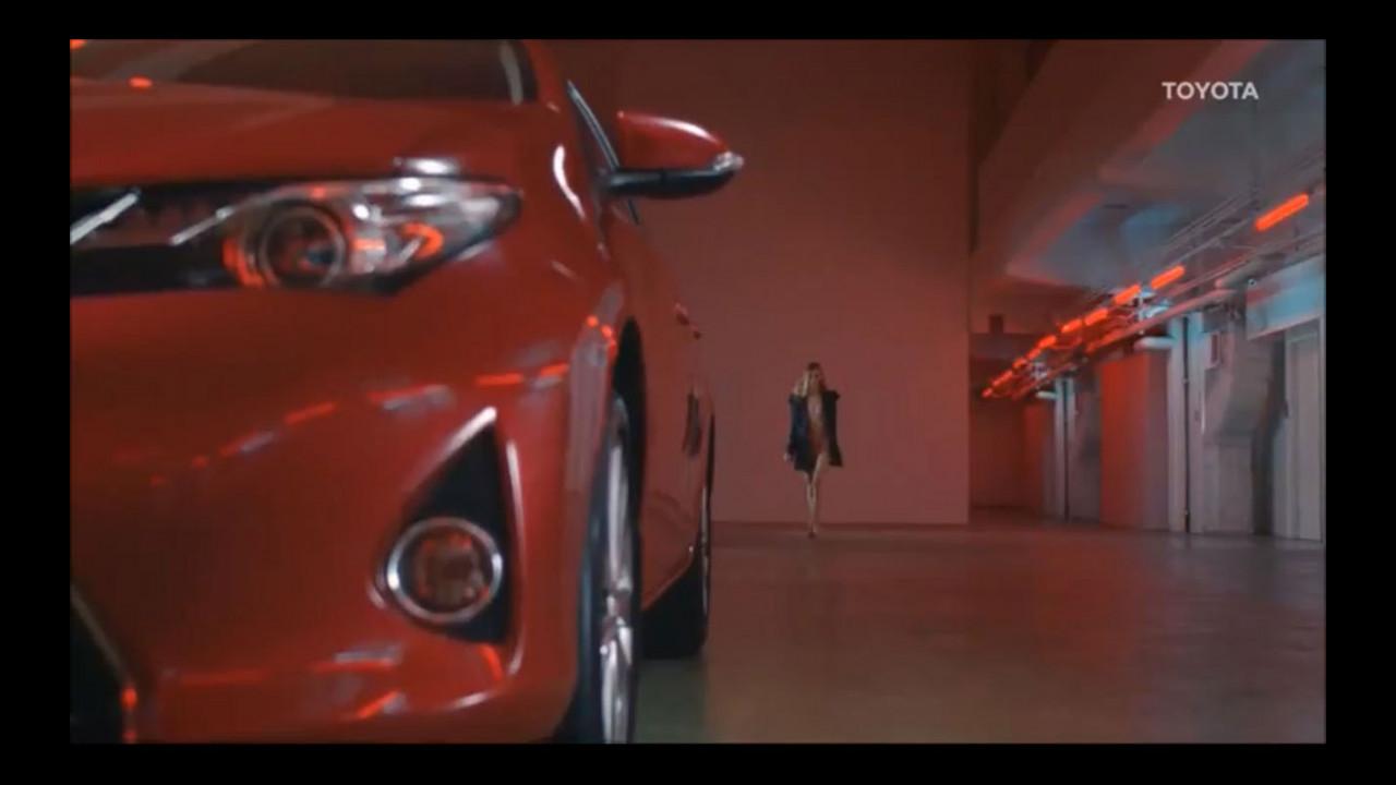 Toyota, lo spot dell'Auris con l'androgino Stav Strashko