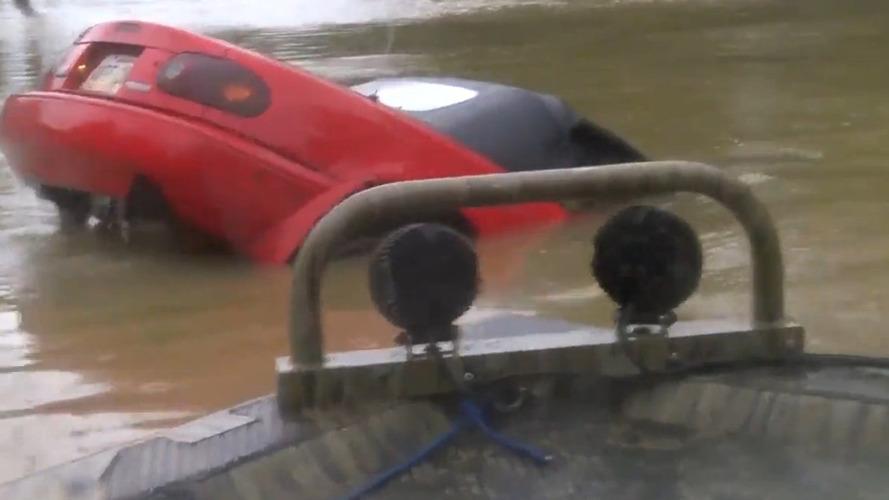 Mazda Miata sürücüsü selden kurtarılıyor