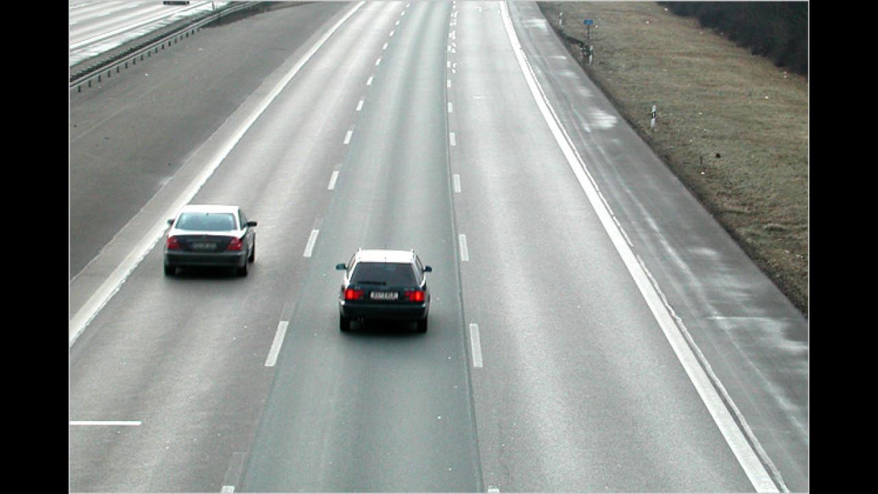Autobahn: Darf man auf der mittleren Spur fahren, wenn die rechte frei ist?
