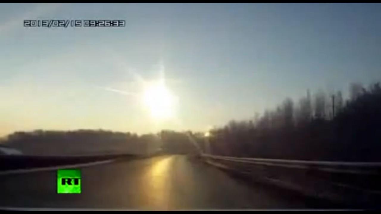 Vídeo: Câmeras em automóveis flagram queda de meteorito na Rússia