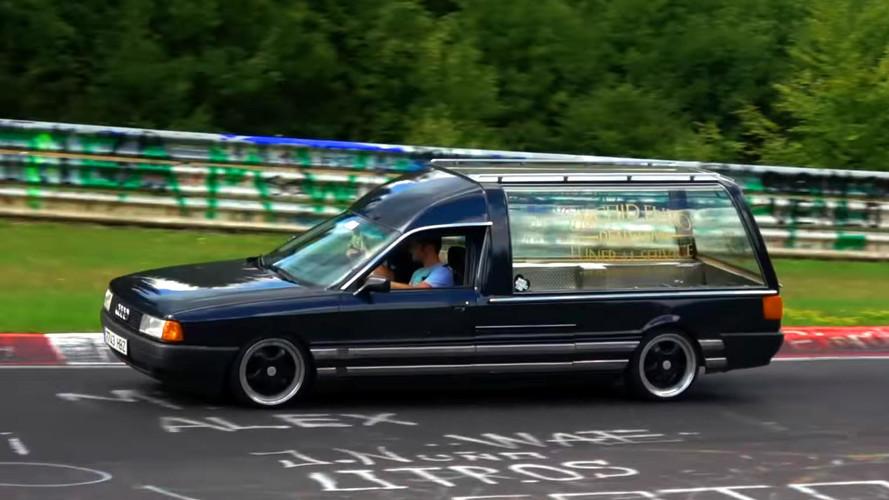 ¿Qué hace un coche fúnebre en Nürburgring?