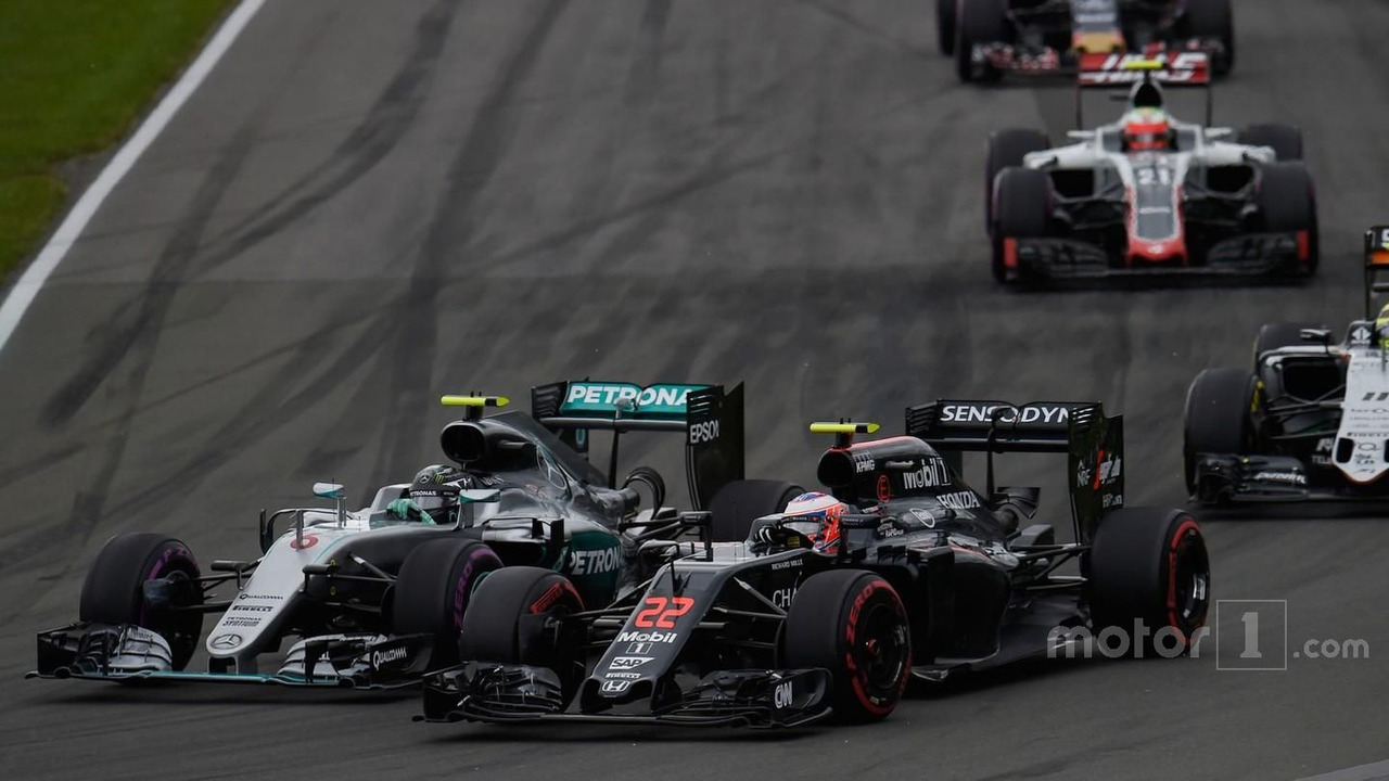 Nico Rosberg, Mercedes AMG F1 W07 Hybrid and Jenson Button, McLaren MP4-31 battle for position