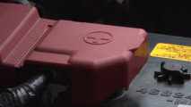 Come si fa ripartire l'auto se la batteria è scarica