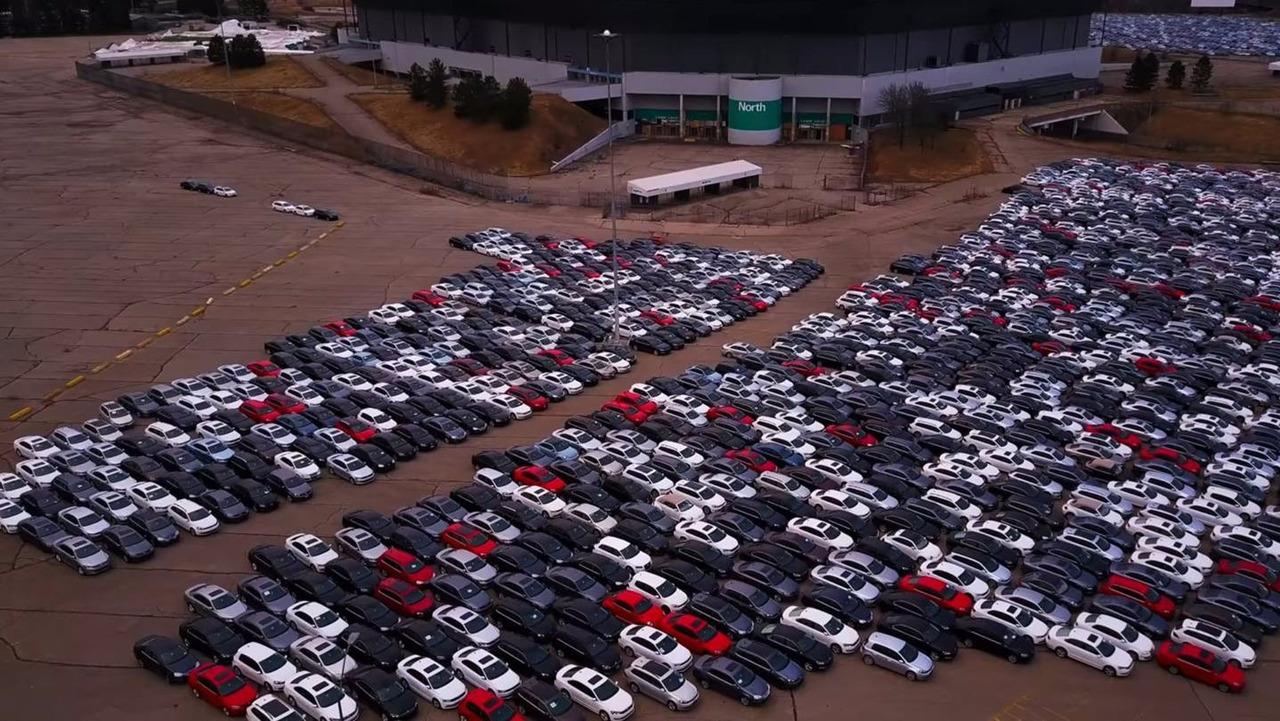 Carros do Dieselgate estacionados no Pontiac Silverdome