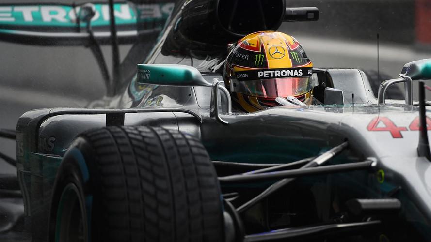 Hamilton se impone en lluvia ante la debacle de Ferrari en casa