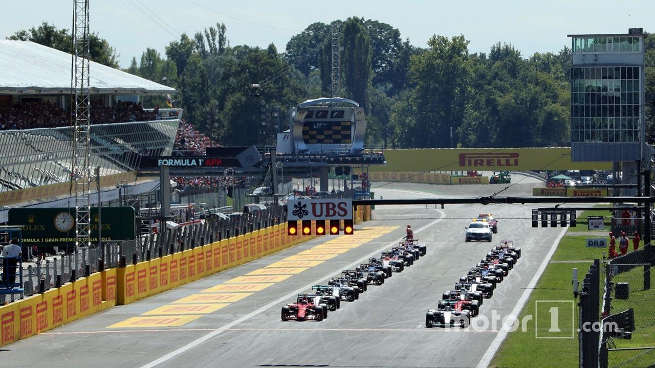 Start: Lewis Hamilton, Mercedes AMG F1 W06 leads