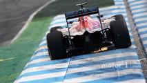 Daniil Kvyat, Scuderia Toro Rosso STR11 sends sparks flying