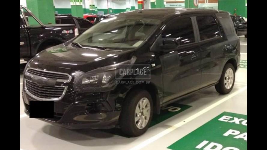 Flagra: Nova Chevrolet Spin vai perdendo a camuflagem