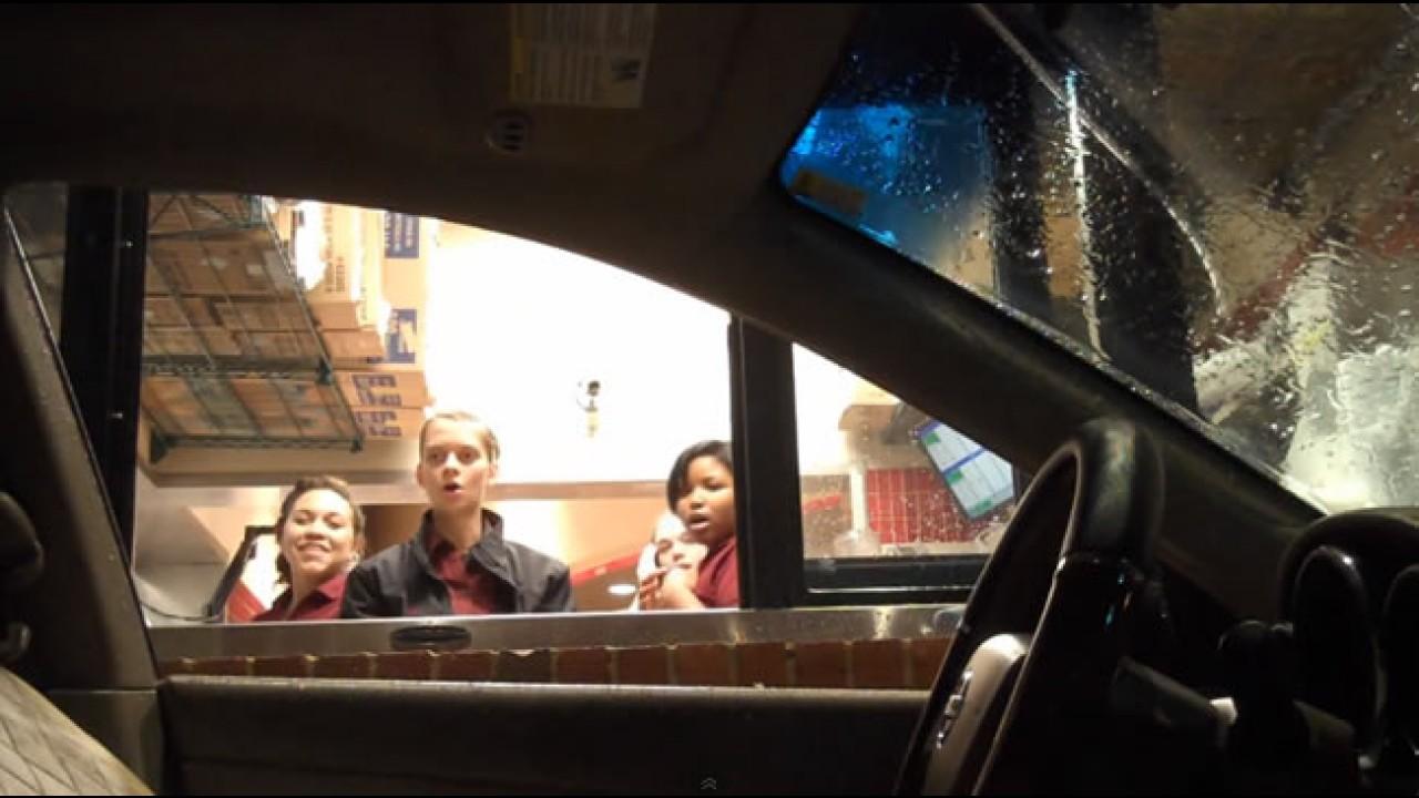 Motorista fantasma assusta atendentes em drive-thru