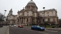 Porsche Panamera'ların Londra'da Altın Taşıma Görevi