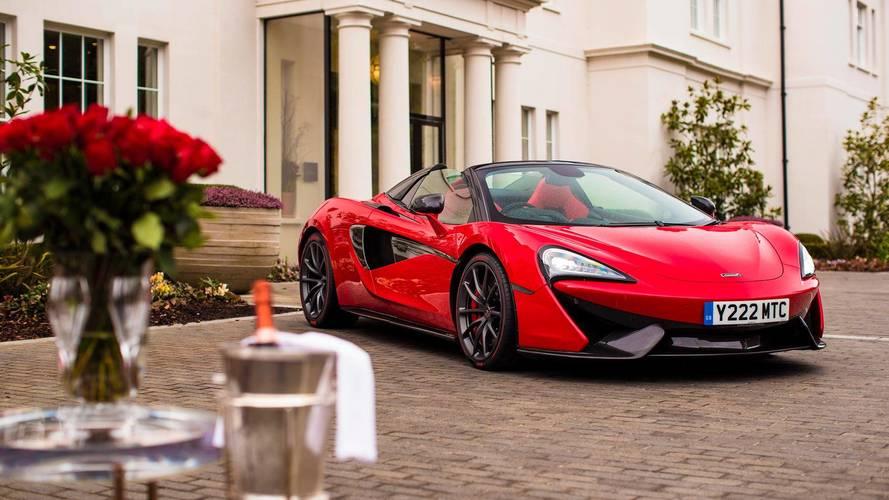 Tökéletes társ Valentin-napra: egyedi vörösbe bújt a McLaren