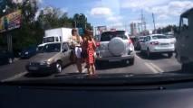 Vídeo: o que acontece quando três mulheres atravessam a rua na Rússia