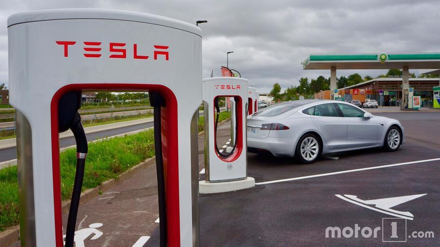 Tesla interdit aux professionnels d'accéder aux superchargeurs