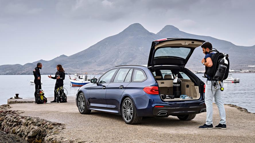 2017 BMW 5 Serisi Touring pratik yanlarını sergiliyor