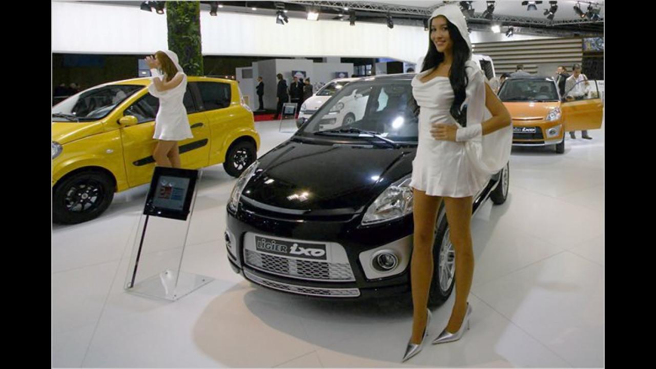 Diese Dame sollte den Luftdruck im Reifen möglichst nicht durch Dagegentreten prüfen