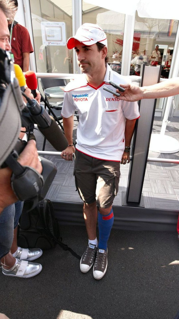 Timo Glock (GER), Toyota F1 Team, with his leg bandaged after his crash in qualifying, Japanese Grand Prix, Sunday, Suzuka, Japan, 04.10.2009