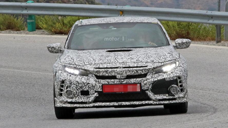 2018 Honda Civic Type R prototipinin kaputunda açıklıklar bulunuyor