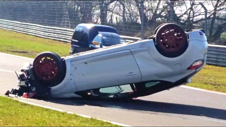 Renault Megane RS Nürburgring'de devrilerek metrelerce sürüklendi