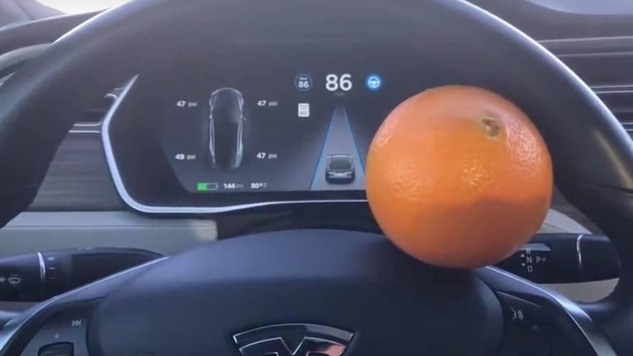 Naranccsal járt túl az Autopilot eszén egy Tesla-tulajdonos