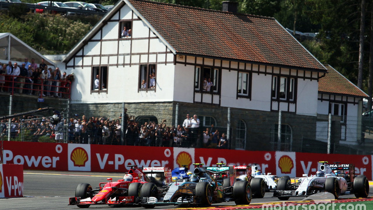 (L to R): Sebastian Vettel, Ferrari SF15-T and Nico Rosberg, Mercedes AMG F1 W06 battle for position