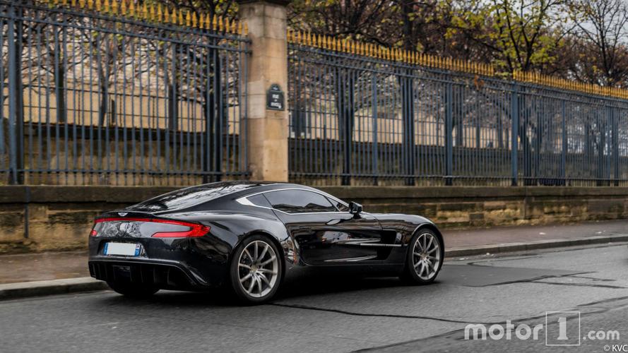 PHOTOS - Une rare Aston Martin One-77 prend la pose à Paris