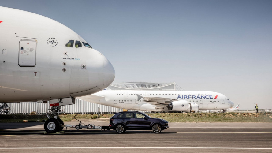 Porsche Cayenne, il traino record di un'Airbus A380 [VIDEO]