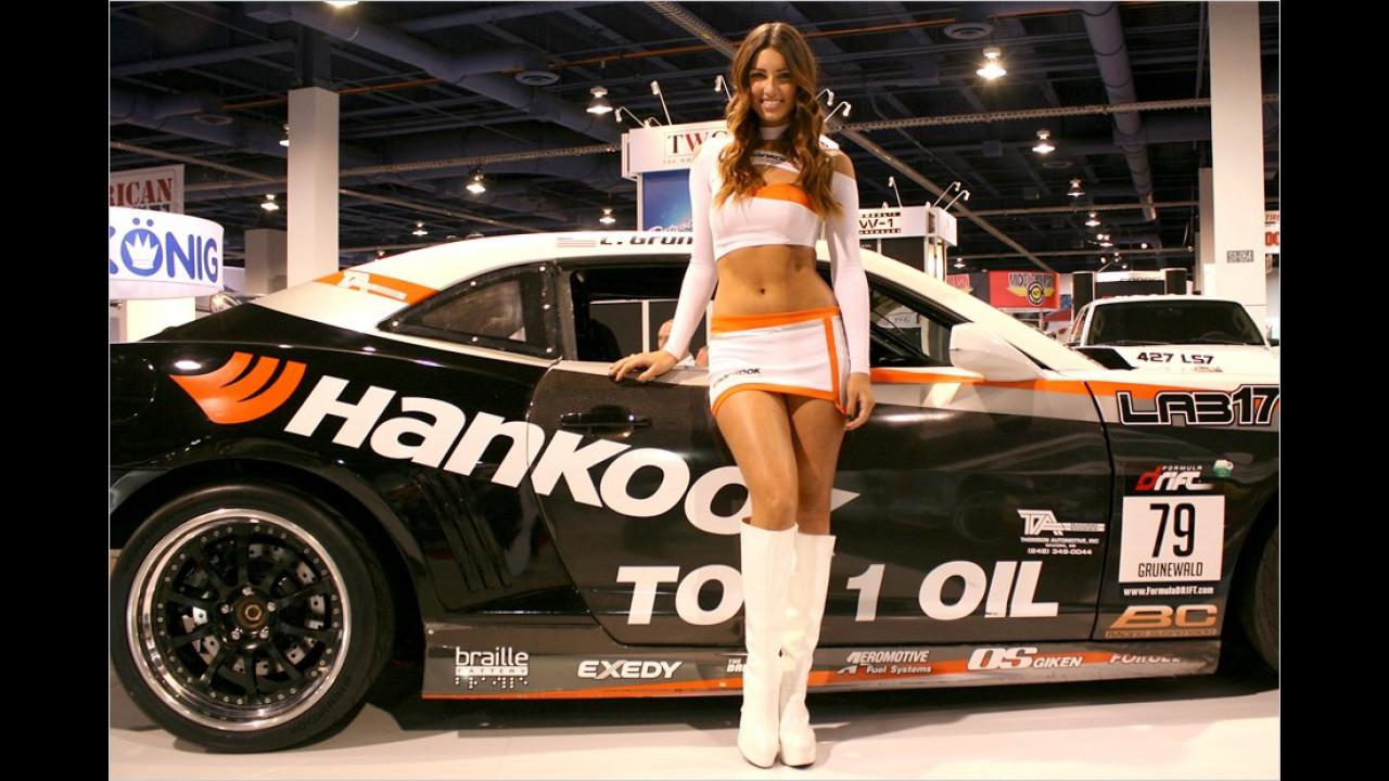 Ton in Ton: Die scharfen Kurven passen gut zum Sportwagen im Hintergrund