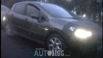 Flagra: Novo Peugeot 308 já roda com menos disfarce, mas deve ficar para 2012