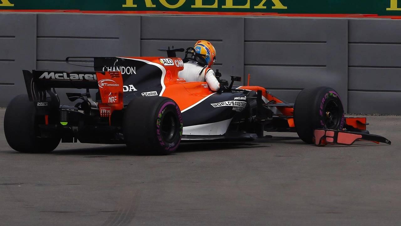 Fernando Alonso, McLaren stops on track in FP1