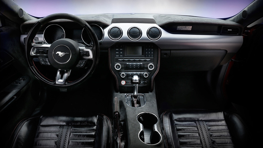 Yabani at derisi kaplı Ford Mustang