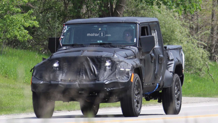 Jeep Wrangler pick-up yerden yüksek görüntülendi