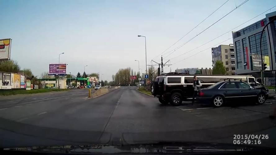 Hummer limuzinba csapódott a száguldozó Audis
