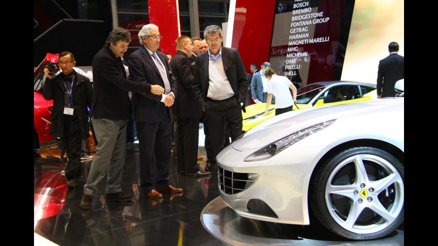Giorgetto Giugiaro osserva la Ferrari FF